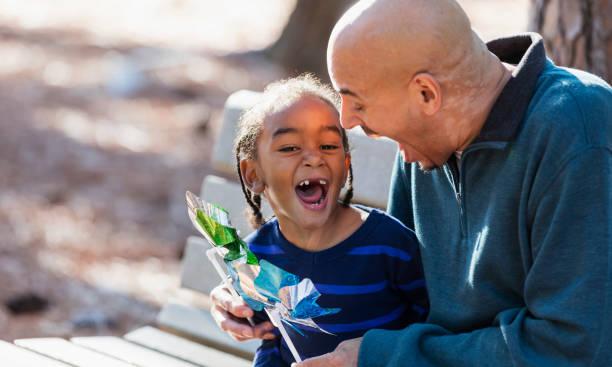 Kleiner Junge und Vater spielen mit Zahnrad Spielzeug – Foto