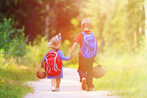 少年と少女の中でキノコ狩り - 兄弟 ストックフォトと画像
