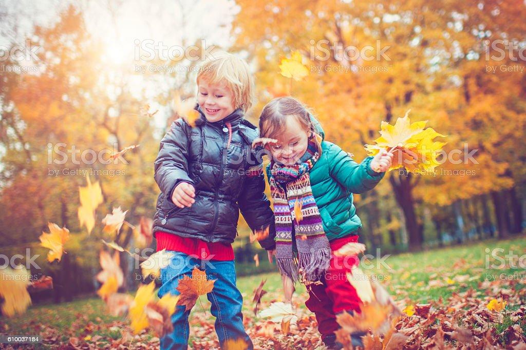 Little boy and girl in autumn park Lizenzfreies stock-foto