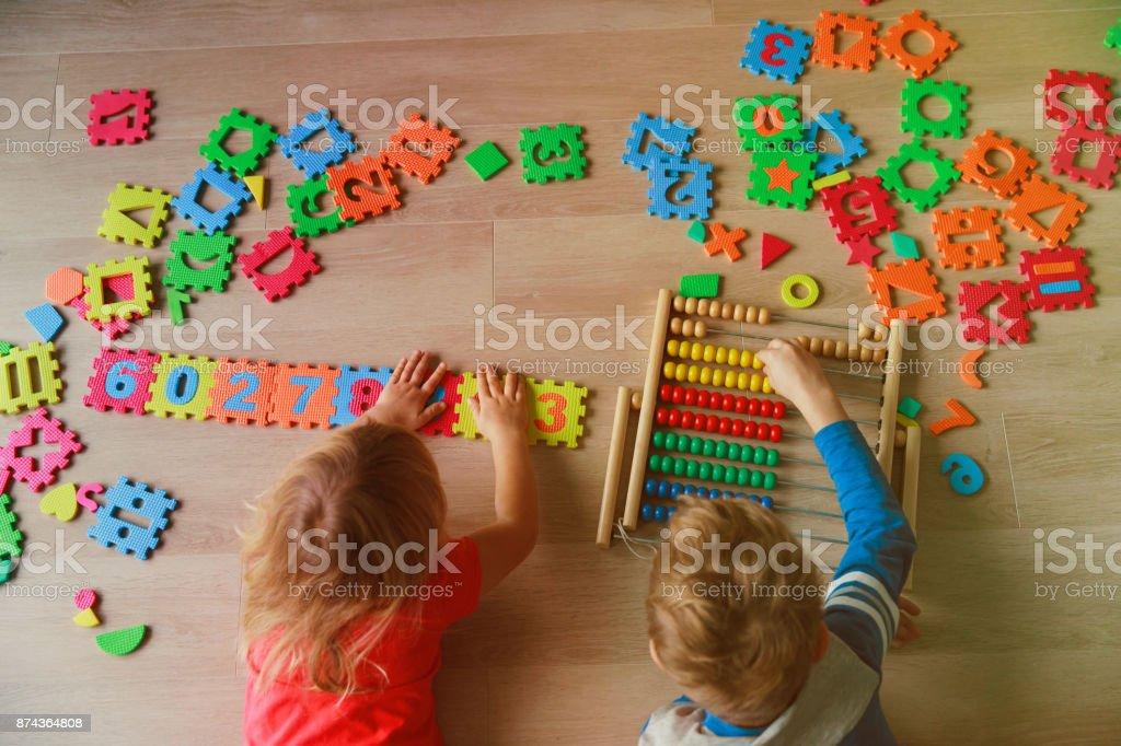男の子と女の子は数値の計算に学ぶ ストックフォト