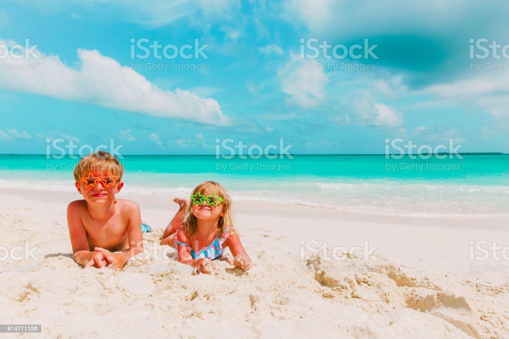 少年と少女を再生砂のビーチで ストックフォト