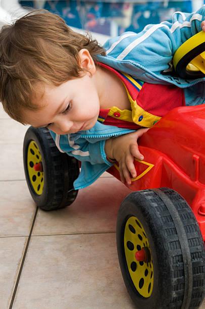 Kleiner Junge und seine bobby-Auto – Foto