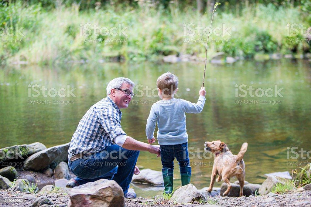 Niño y su abuelo - foto de stock