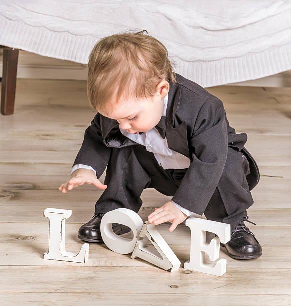 little boy und inschrift lieben - festliche babymode junge stock-fotos und bilder