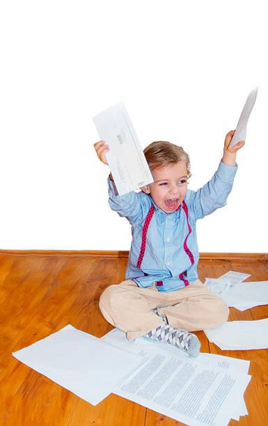little boy und rechnungen - kindergeldantrag stock-fotos und bilder