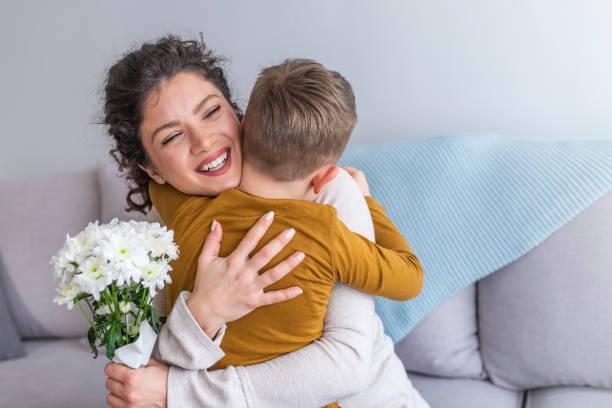 hijito y madre felices juntos - día de la madre fotografías e imágenes de stock