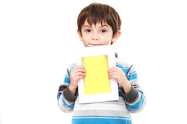 kleine junge und plakat - muttertagssprüche kindergarten stock-fotos und bilder
