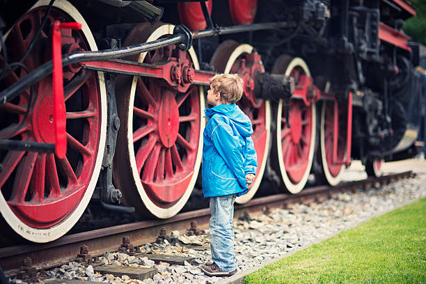 little boy and the steam locomotive - 火車頭 個照片及圖片檔