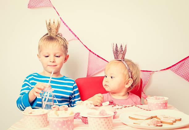 kleine jungen und mädchen feiern geburtstag party - prinzessinnen torte stock-fotos und bilder