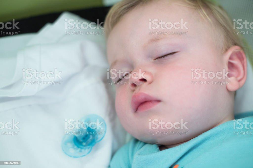 kleiner Junge schlafend in Krippe – Foto