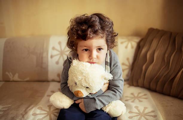 Kleiner Junge wie zu Hause fühlen. – Foto
