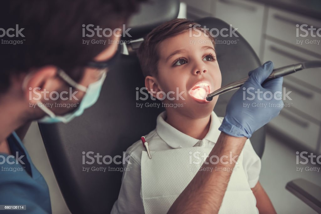Little boy at the dentist - foto de acervo