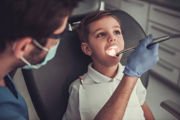 歯医者で小さな男の子 - 歯科医師 ストックフォトと画像