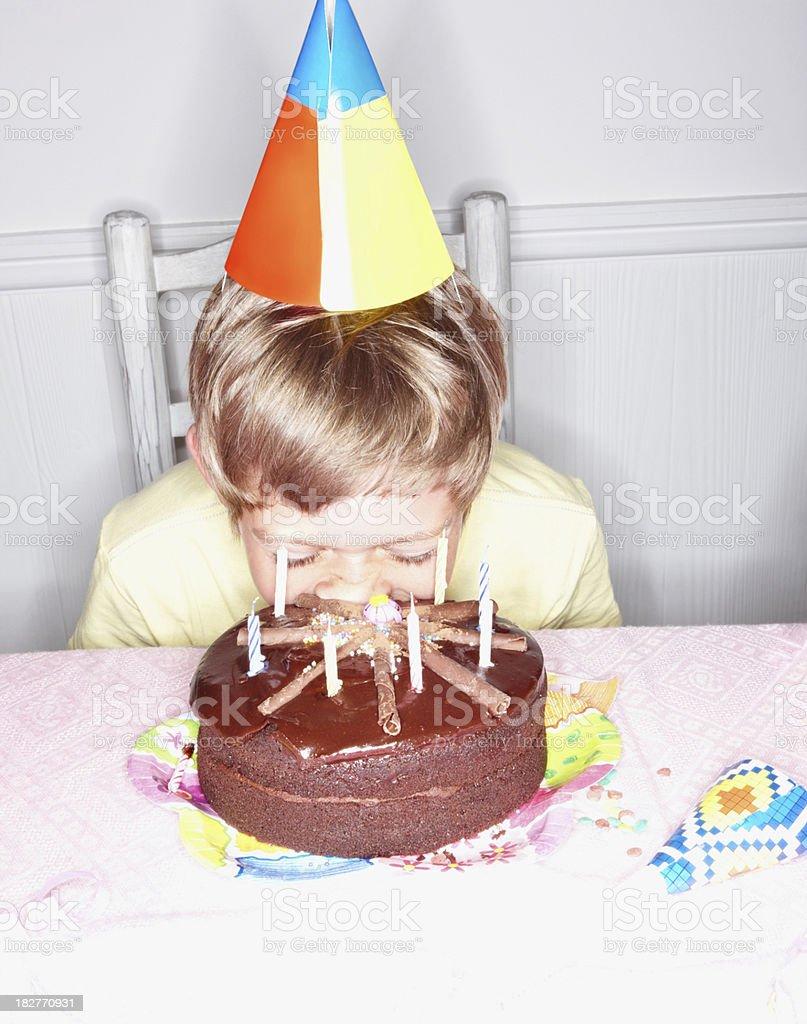 Kleine Junge Kauen Seine Geburtstagstorte Stockfoto Und Mehr Bilder