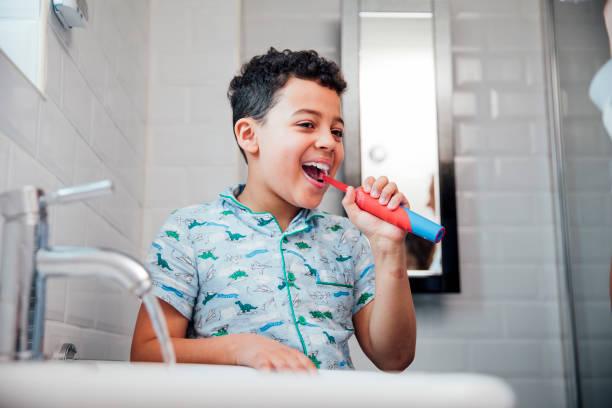 kleiner junge, seine zähne zu putzen - zähne putzen stock-fotos und bilder
