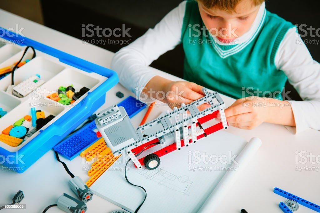 로봇 기술 단원에서 로봇을 구축 하는 어린 소년 - 로열티 프리 STEM-주제 스톡 사진
