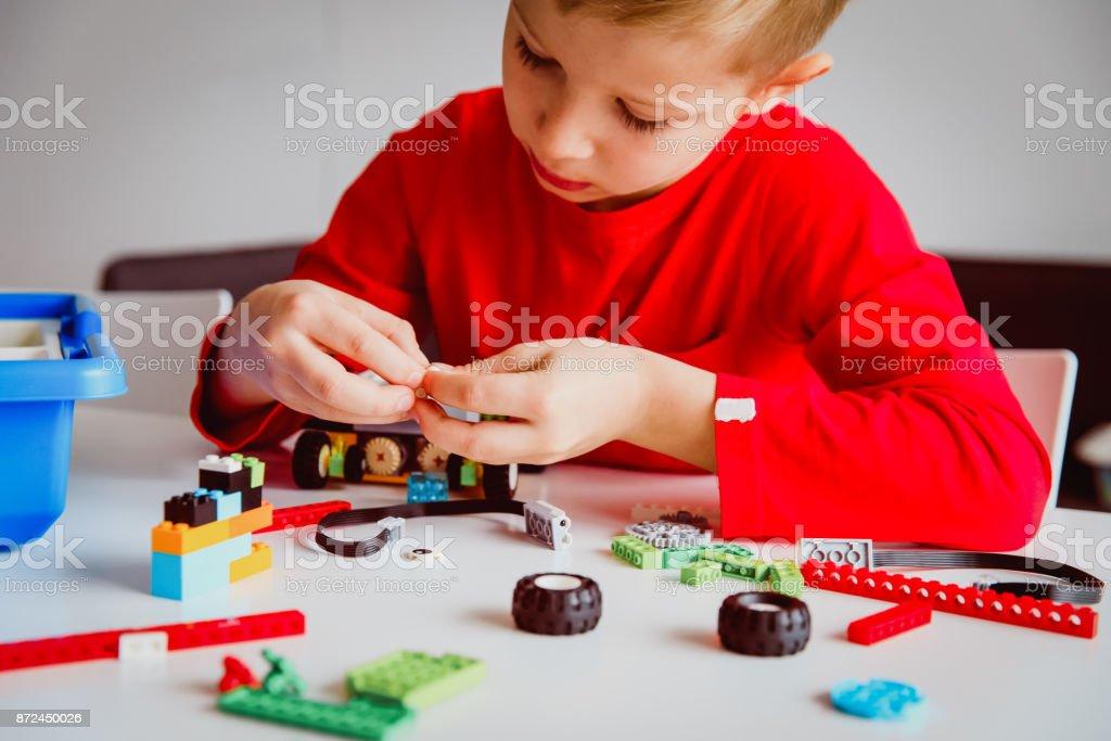 少年ロボット技術学校レッスンでロボットを構築 ストックフォト