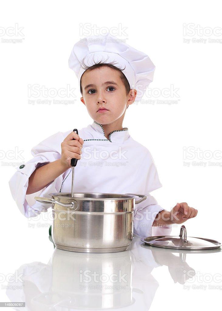 Jungen Koch in uniform mit Kelle-Küchenutensil stiring die pot – Foto