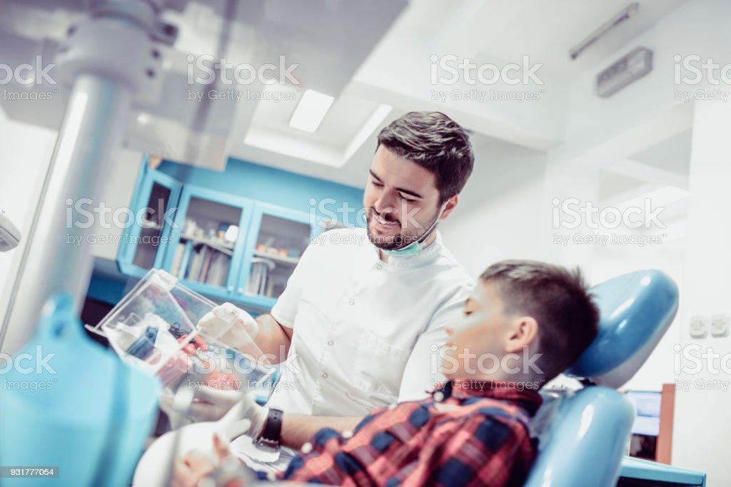 Fotografía de Niño Elegir Color De Brackets Con Médico En Clínica ...
