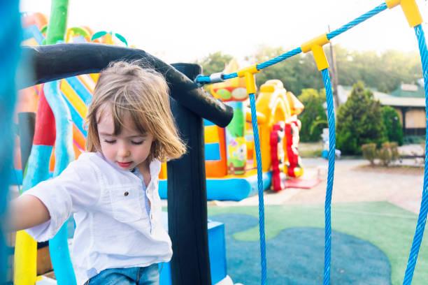 Kleiner Junge Klettern auf einem Spielplatz – Foto