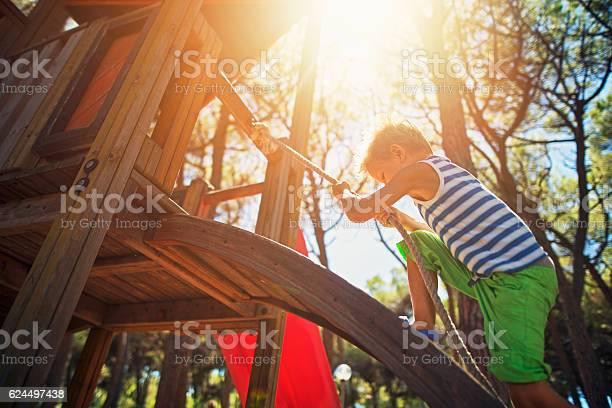 Kleiner Junge Klettert Auf Dem Spielplatz Stockfoto und mehr Bilder von Kinderspielplatz