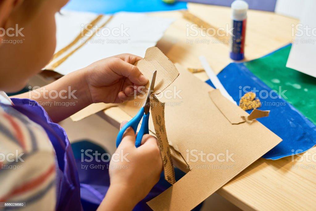 Kleiner Junge Schneiden von Papier Handwerk Klasse – Foto
