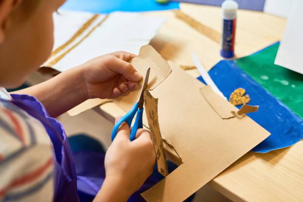 小男孩剪紙工藝班 - 較剪 個照片及圖片檔