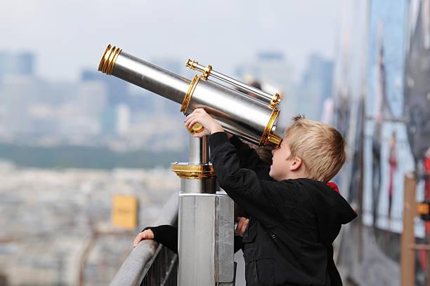 kleine junge discovery mit dem teleskop-xl - neue abenteuer stock-fotos und bilder