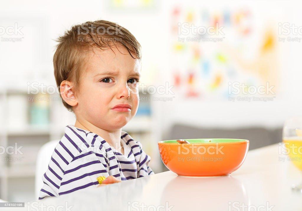 Petit garçon ne veut pas manger. - Photo