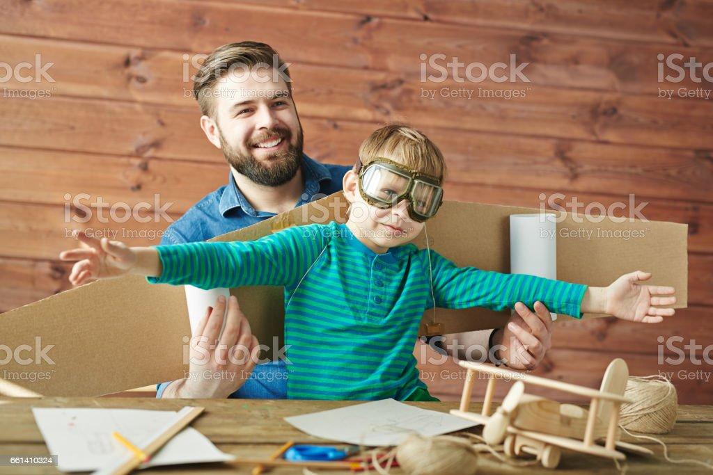 Niño soñando con ser piloto - foto de stock