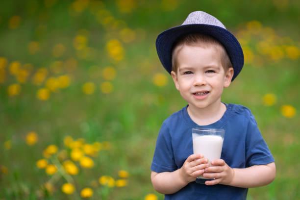 niño bebiendo leche - foto de stock