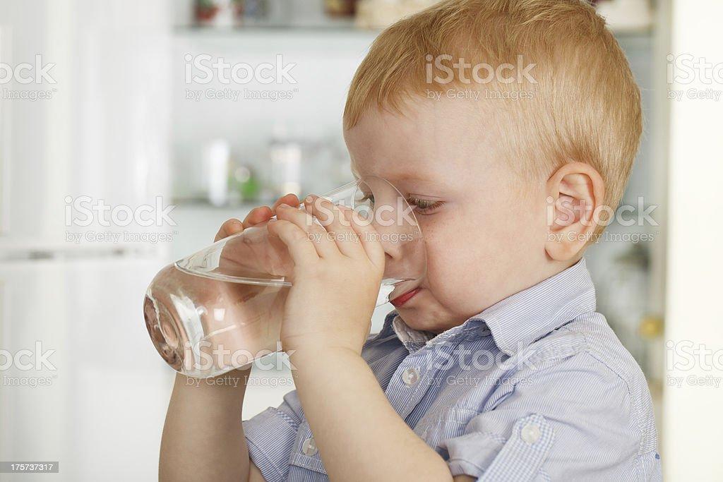 Little boy bebidas de agua - Foto de stock de Adolescencia libre de derechos