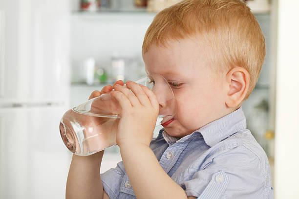 Kleine Junge Getränke Wasser – Foto