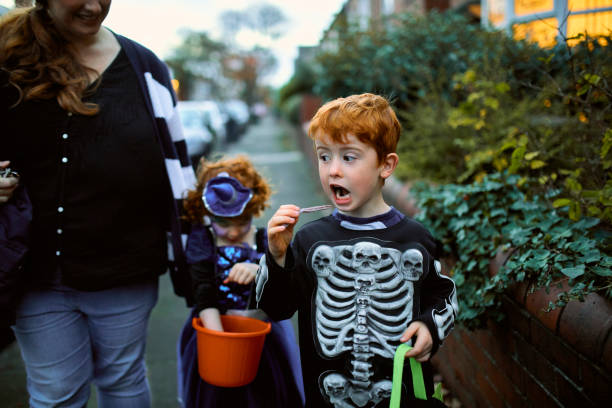 Little Boy comer Halloween Candy - foto de stock