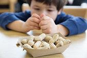 Little boy 食べるピーナッツ