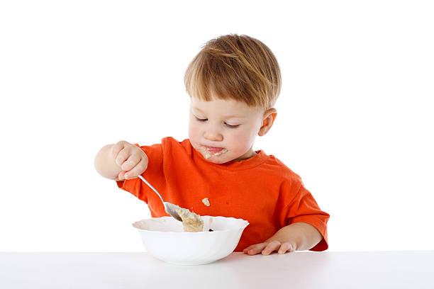 Kleiner Junge isst das Haferbrei – Foto