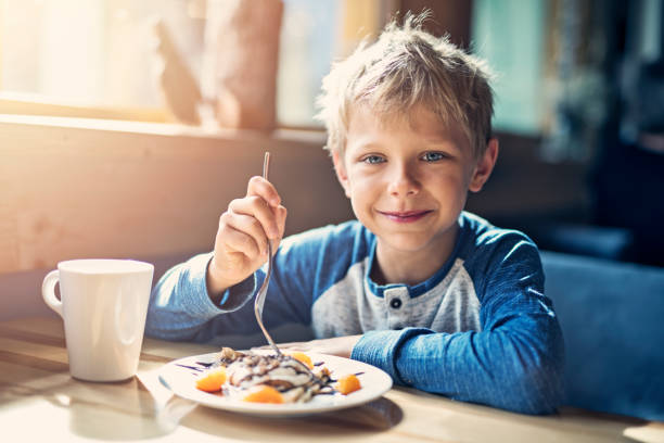 Kleine Junge Ejoying Crepe und Tasse Kakao Frühstück – Foto