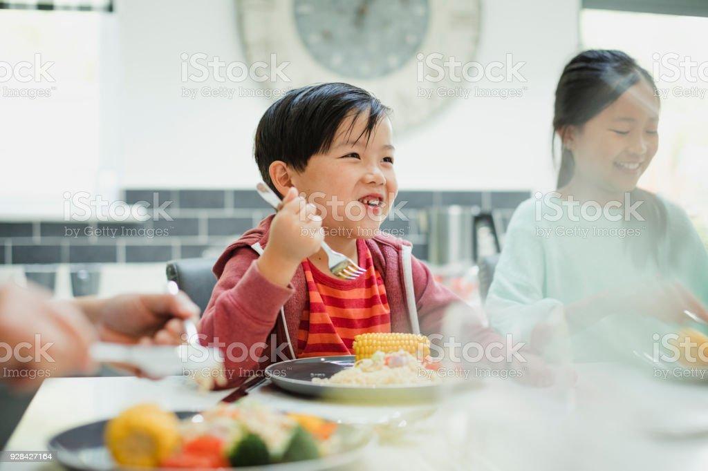 Kleiner Junge genießen seine Stir Fry – Foto