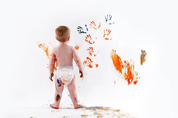 kleine junge fingerpainting - fingerfarben stock-fotos und bilder