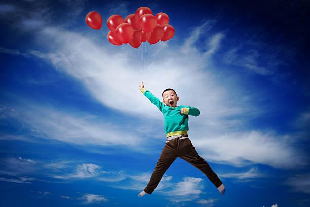 Kleiner Junge mit Ballons fly – Foto
