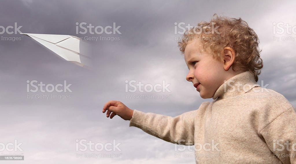 Kleine Junge Fliegender Papier Flugzeug Lizenzfreies stock-foto