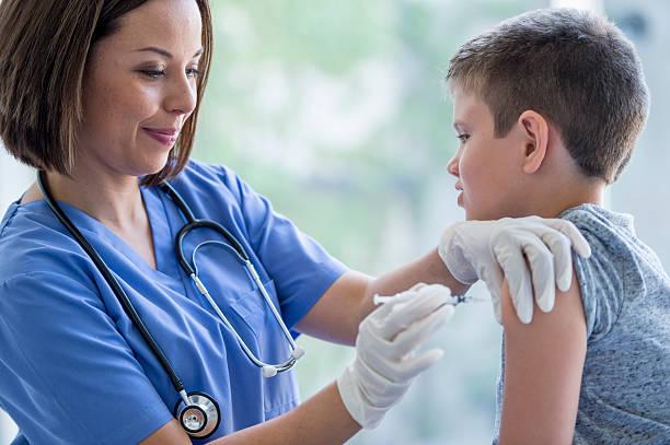Piccolo ragazzo ottenere un vaccino - foto stock
