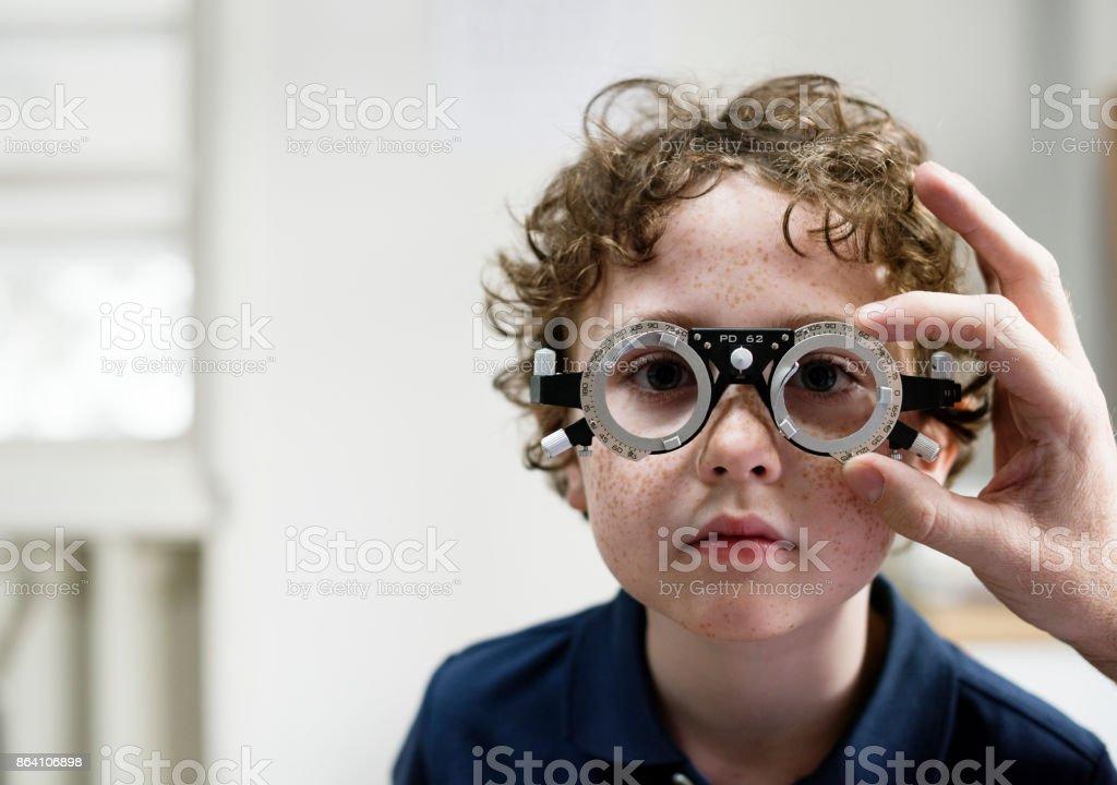 彼の目のチェックを得ることの小さな男の子 ストックフォト