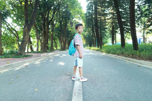 Kleiner Junge geht zur Schule – Foto