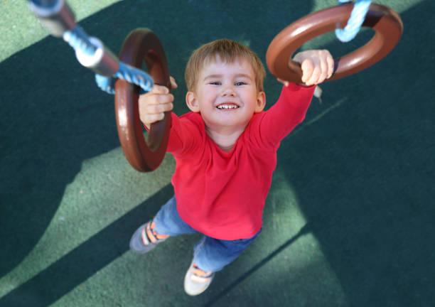Kleiner Junge Gymnastik Ringe hängen – Foto