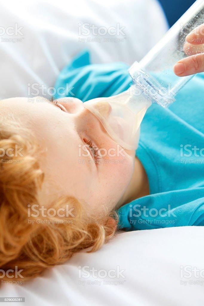 Kleine Junge, die asthma Probleme Lizenzfreies stock-foto
