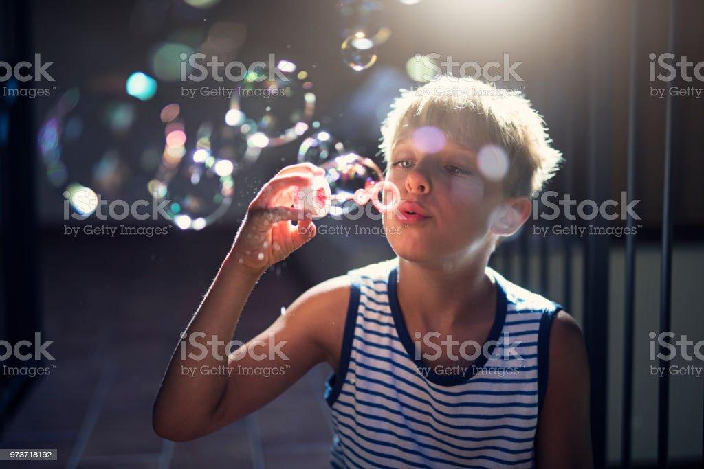 Kleinen Jungen Spaß Seifenblasen – Foto