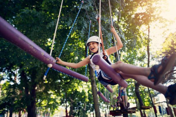 Kleinen Jungen Spaß im Hochseilgarten im Abenteuerpark – Foto