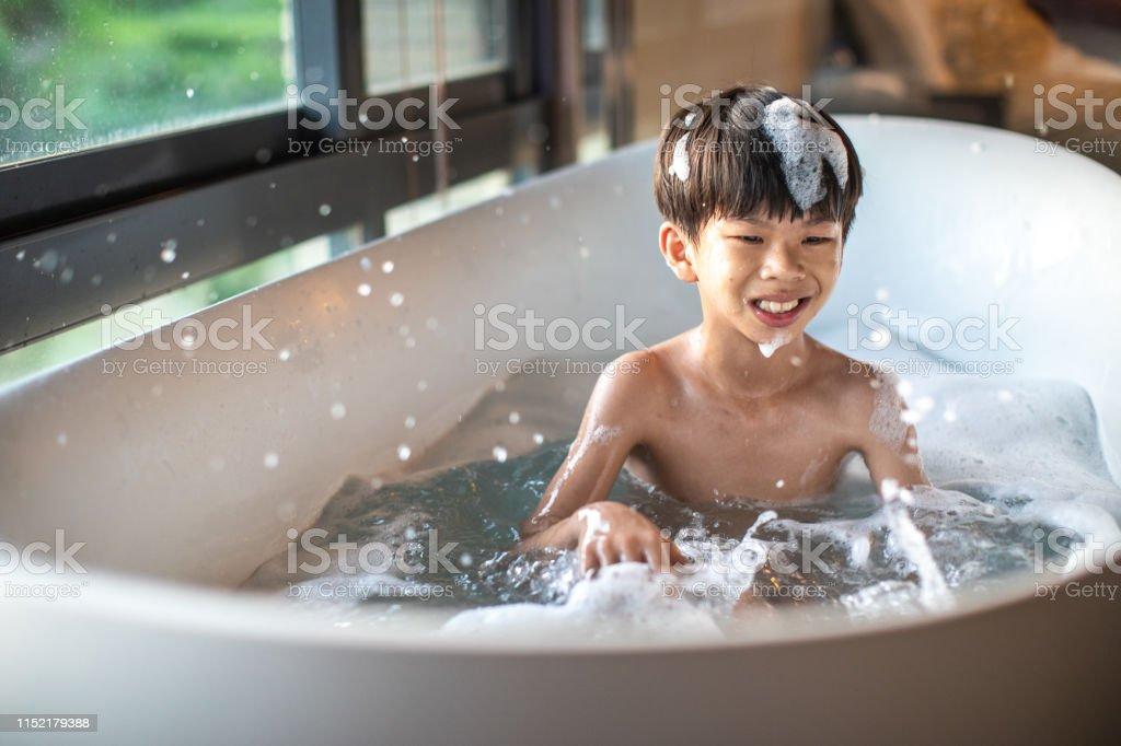 Bambino Che Si Diverte Nella Vasca Da Bagno Con Schiuma Fotografie Stock E Altre Immagini Di 8 9 Anni Istock