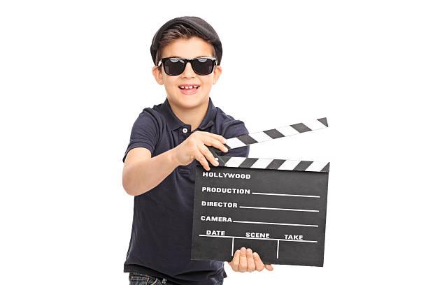 kleine jungen, die spaß mit einem film clapperboard - klappe hut stock-fotos und bilder